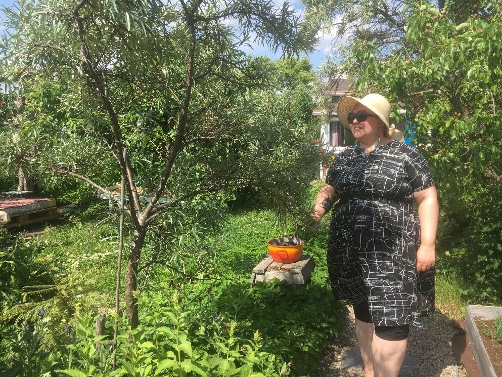 Siirtolapuutarhaviljelijä puutarhassaan.