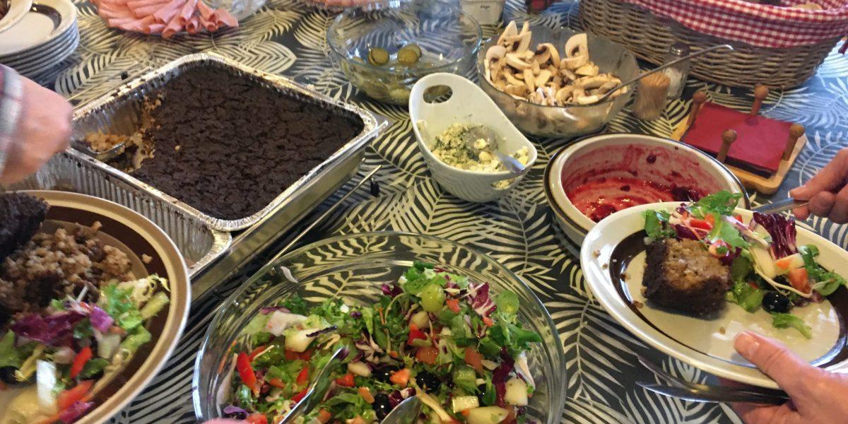 Kaukajärven Puhtituvan yhteisruokailun buffet